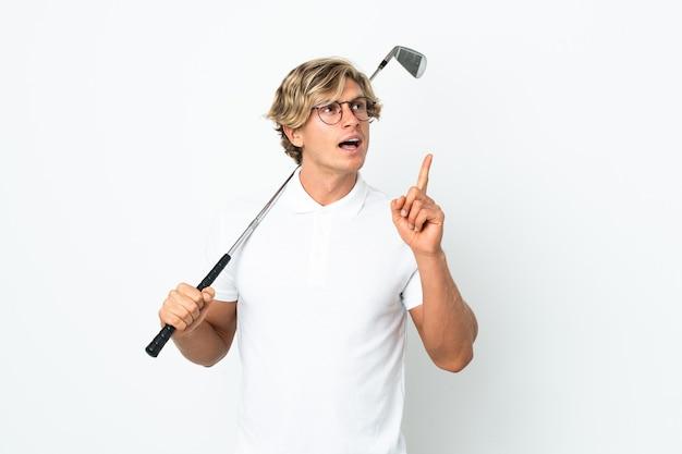 Englischer mann, der golf spielt und eine idee denkt, die den finger nach oben zeigt