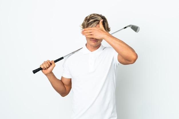 Englischer mann, der golfkegelaugen durch hände spielt. ich will nichts sehen
