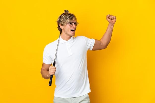 Englischer mann isoliert, der golf spielt und einen sieg feiert