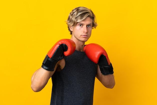 Englischer mann über gelb mit boxhandschuhen
