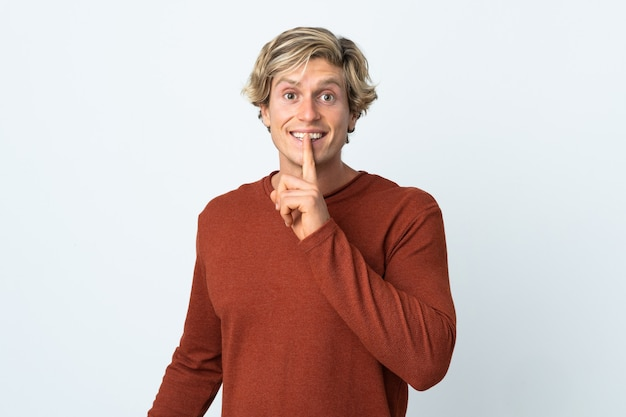 Englischer mann über isolierter weißer wand, die ein zeichen der schweigegeste zeigt, die finger in den mund setzt