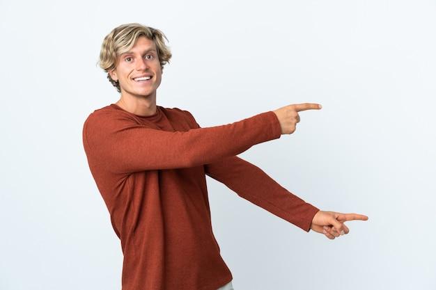 Englischer mann über weißem zeigefinger zur seite und präsentiert ein produkt