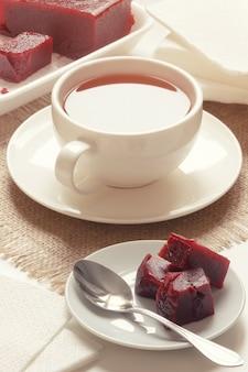 Englischer tee mit kirschmarmelade