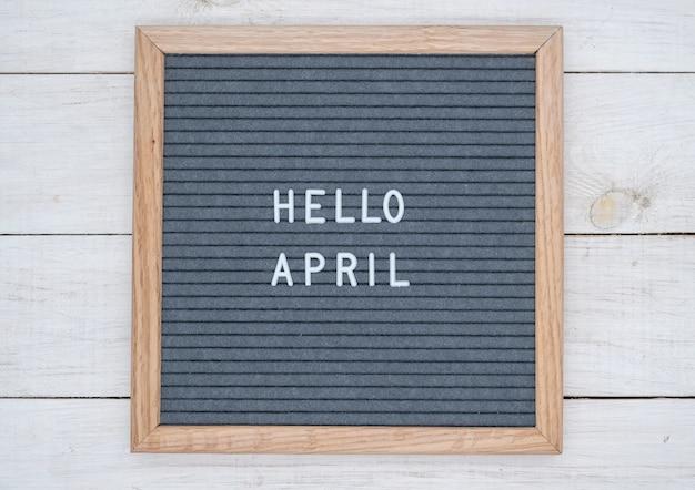 Englischer text hallo april auf einem briefbrett in weißen buchstaben