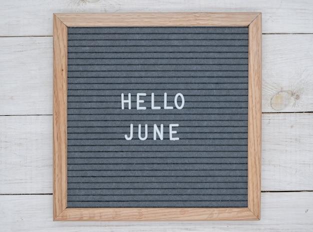 Englischer text hallo juni auf einem briefbrett in weißen buchstaben