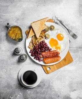 Englisches frühstück. eine vielzahl von snacks mit aromatischem kaffee. auf einem rustikalen hintergrund.