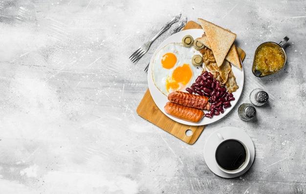 Englisches frühstück. eine vielzahl von snacks mit aromatischem kaffee. auf einem rustikalen tisch.