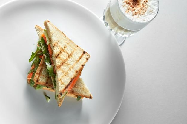 Englisches frühstück mit einer tasse kaffee mit toast am weißen tisch