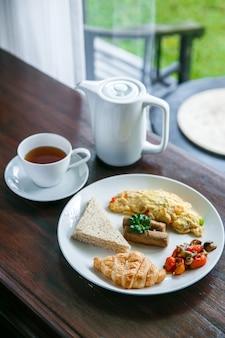 Englisches frühstück mit einer tasse tee