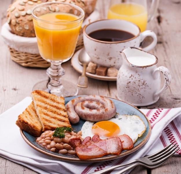 Englisches frühstück mit spiegeleiern