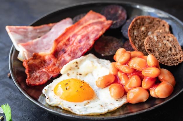 Englisches frühstück spiegelei blutwurst blutwurst müsli brot bohnen speck rührei
