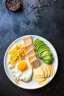 Englisches frühstück spiegelei brot toast gemüse mais käse und mehr essfertig auf dem tisch