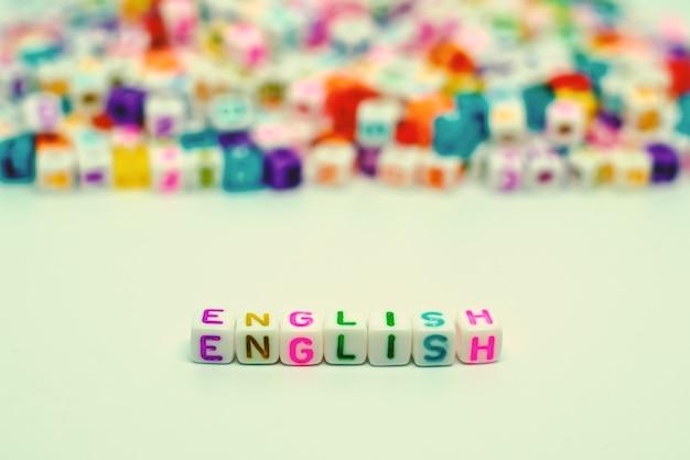 Englisches wort von den buchstabenperlen für das lernen des konzeptes