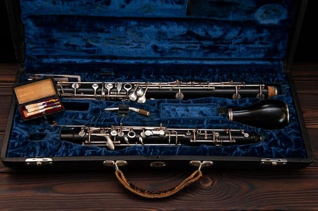 Englischhorn oder oboe in einem fall mit schilf zum spielen