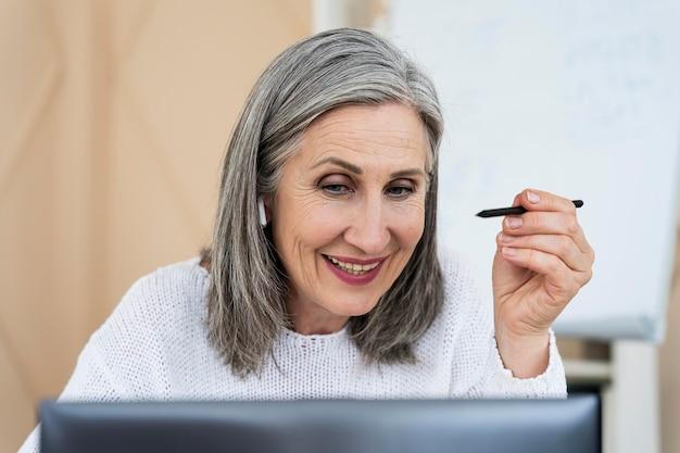 Englischlehrerin macht ihren unterricht am laptop