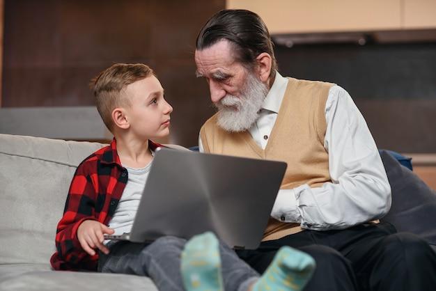 Enkel bringt seinem großvater bei, den laptop zu benutzen.