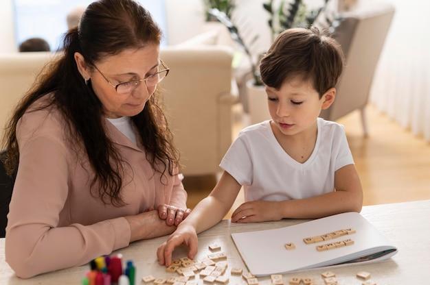 Enkel, der hausaufgaben mit großmutter macht