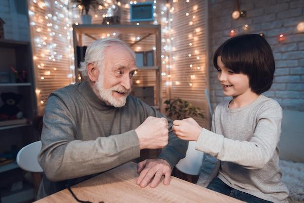 Enkel mit großvater spielen rock paper scissors