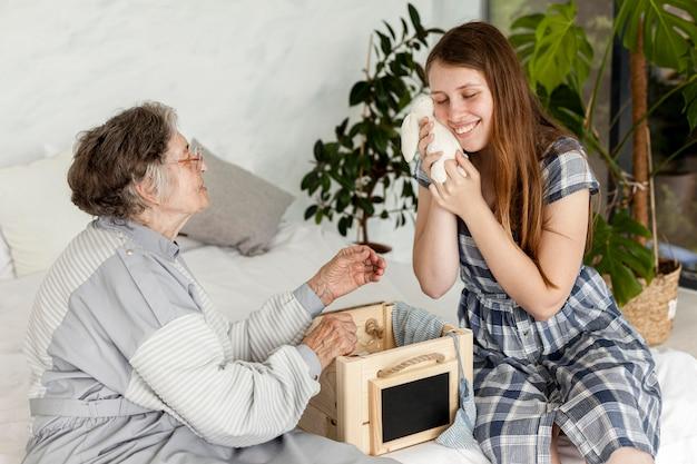 Enkelin verbringt zeit mit großmutter
