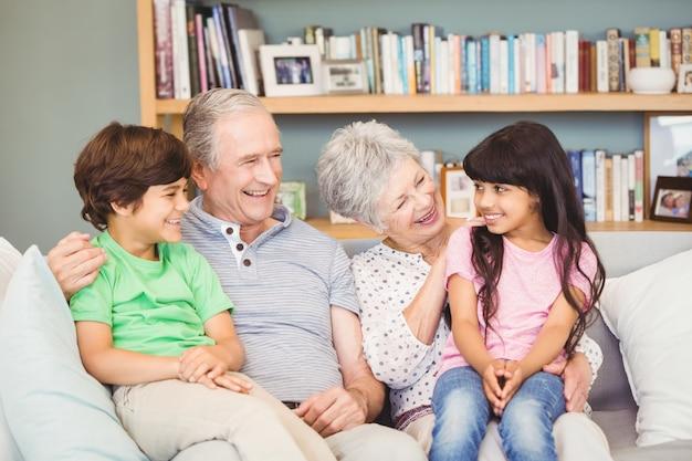 Enkelkinder, die mit großeltern siiting sind