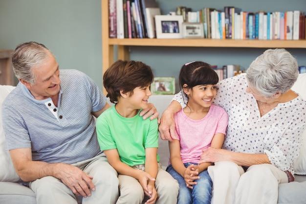 Enkelkinder mit großeltern auf dem sofa