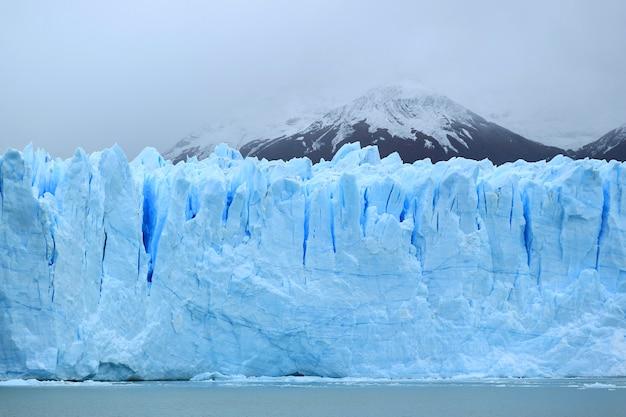 Enorme eisblaue wand des peritomoreno-gletschers in nationalpark los glaciares, argentinien