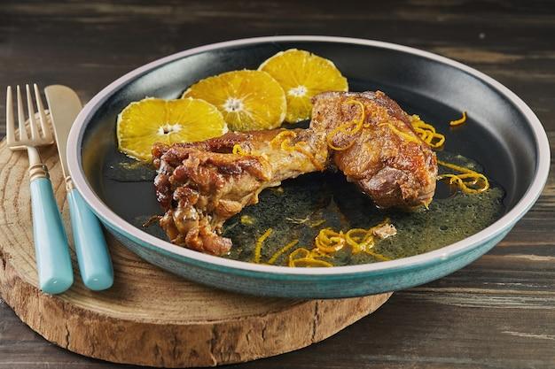 Ente in weißwein mit orangen und cognac. französische gourmetküche
