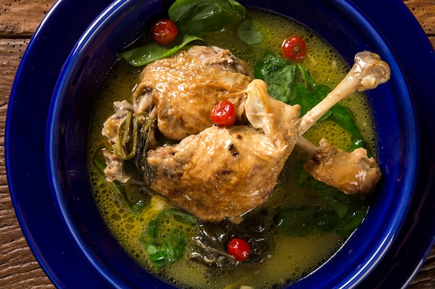 Ente mit tucupi-sauce und pfeffer - traditionelles brasilianisches gericht