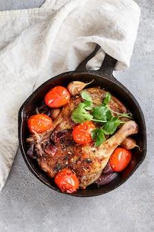 Entenkeulen, gebraten oder überbacken mit knoblauch, roten zwiebeln, tomaten, koriander und gewürzen