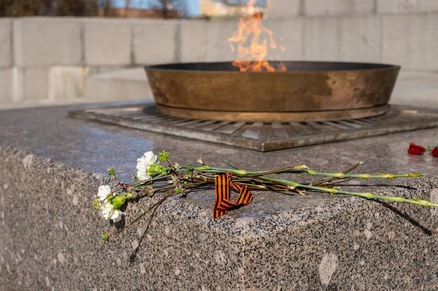 Enternal flamme in russland symbole der erinnerung und des respekts des sieges der sowjetischen soldaten im zweiten weltkrieg und des russischen militärs in bewaffneten konflikten des siegestages