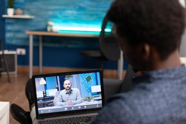 Entfernter afroamerikanischer arbeiter bei online-videoanruf