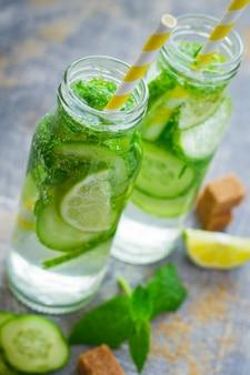 Entgiftungsgetränk mit minze, limette und gurke