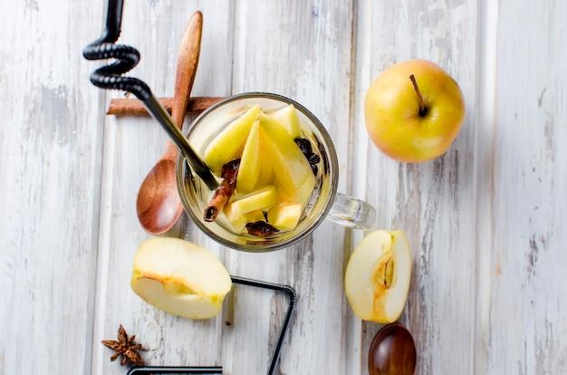 Entgiftungswasser mit äpfeln und gewürzen - anis, zimt