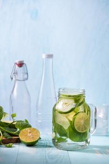 Entgiftungswasser mit gemüse und obst. diät gesunde ernährung und gewichtsverlust.