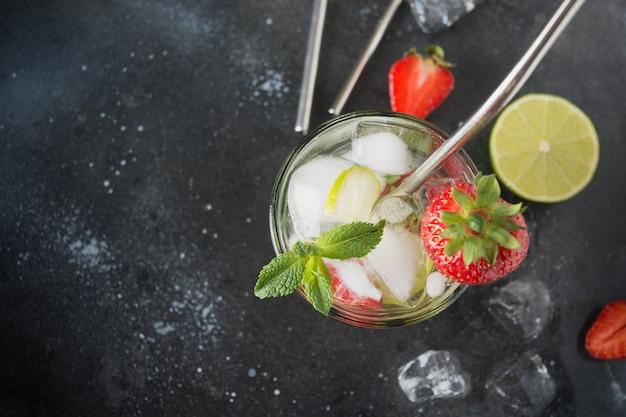 Entgiftungswasser oder mojito mit limette, erdbeere im glas