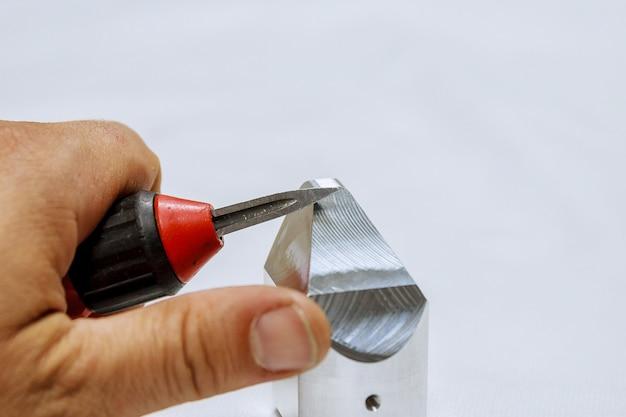 Entgratungswerkzeug für metall, holz, aluminium, kupfer und kunststoff. der prozess des entgrats von metall.