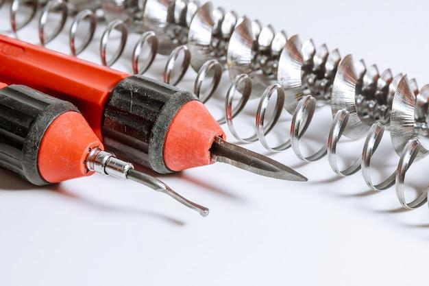 Entgratungswerkzeug für metall, holz, aluminium, kupfer und kunststoff isoliert auf weißem hintergrund. rasuren.