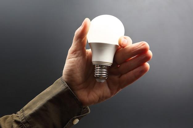 Enthalten führte neue lampe in menschlicher hand