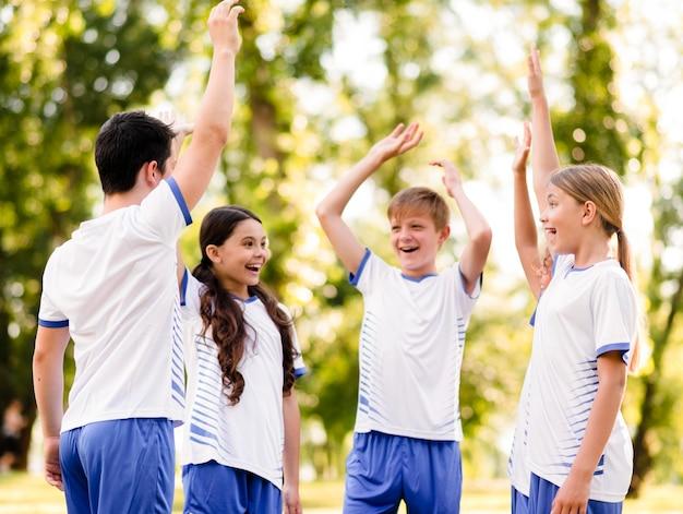 Enthusiast-team, das sich bereit macht, fußball zu spielen