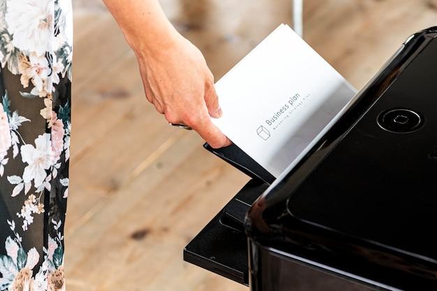 Entnehmen eines geschäftsplanpapiers aus dem drucker