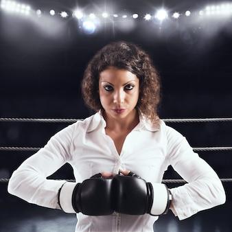 Entschlossene geschäftsfrau, die bereit ist, mit konkurrenten zu kämpfen