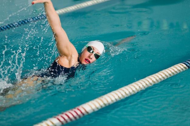 Entschlossener berufsschwimmer, der schwimmt
