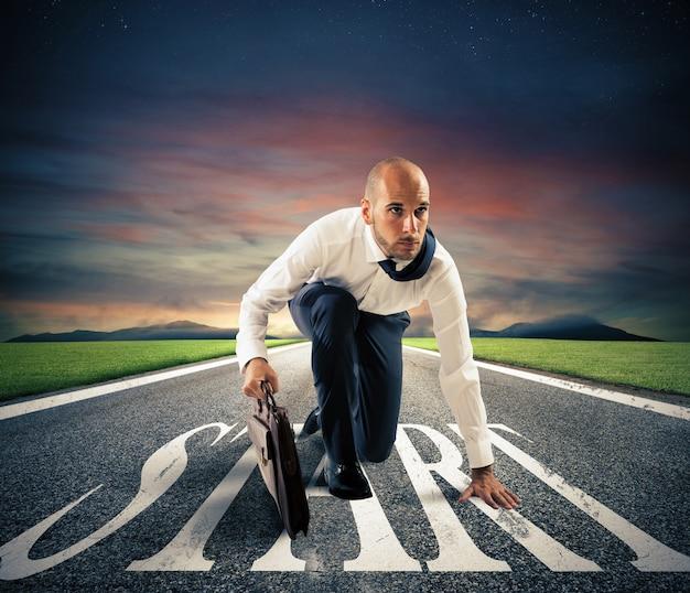 Entschlossener geschäftsmann bereit, seine karriere zu beginnen