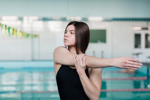 Entschlossener schwimmer, der mittleren schuss ausdehnt