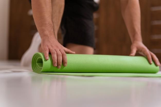 Entschlossener typ, der körperliches training macht