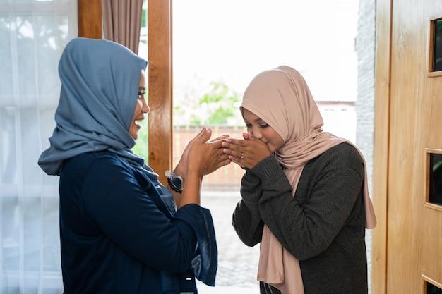Entschuldigung bei ihrer mutter während der eid mubarak feier