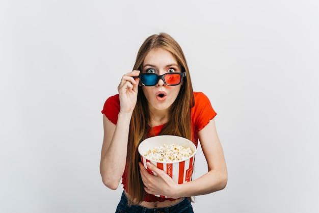 Entsetzte frau, die einen film 3d betrachtet