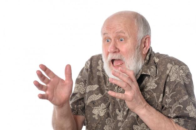 Entsetzter älterer mann mit grimasse der furcht.