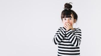 Entsetzter Mädchenbedeckungsmund