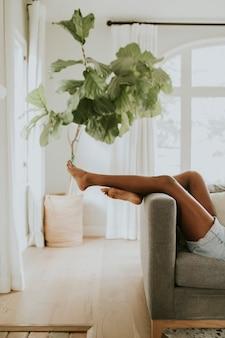 Entspannen auf dem sofa zu hause
